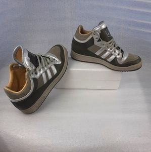 100%Leather Adidas olive/silver sneaker wmn9.5us